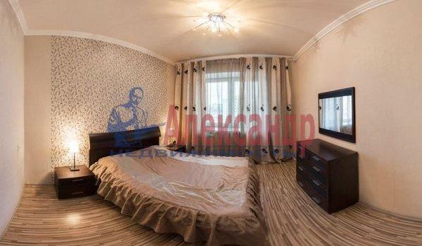 2-комнатная квартира (70м2) в аренду по адресу Большевиков пр., 7— фото 1 из 10