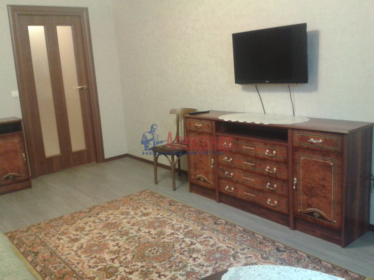 2-комнатная квартира (56м2) в аренду по адресу Комендантский пр., 40— фото 2 из 7