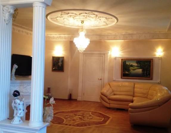 2-комнатная квартира (90м2) в аренду по адресу Социалистическая ул., 11— фото 2 из 3