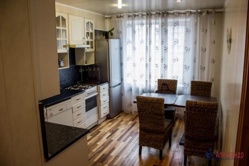 3-комнатная квартира (64м2) на продажу по адресу Ветеранов пр., 115— фото 1 из 13